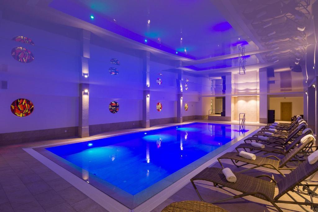 בריכת השחייה שנמצאת ב-BRUGGER' S Hotelpark Am Titisee או באזור