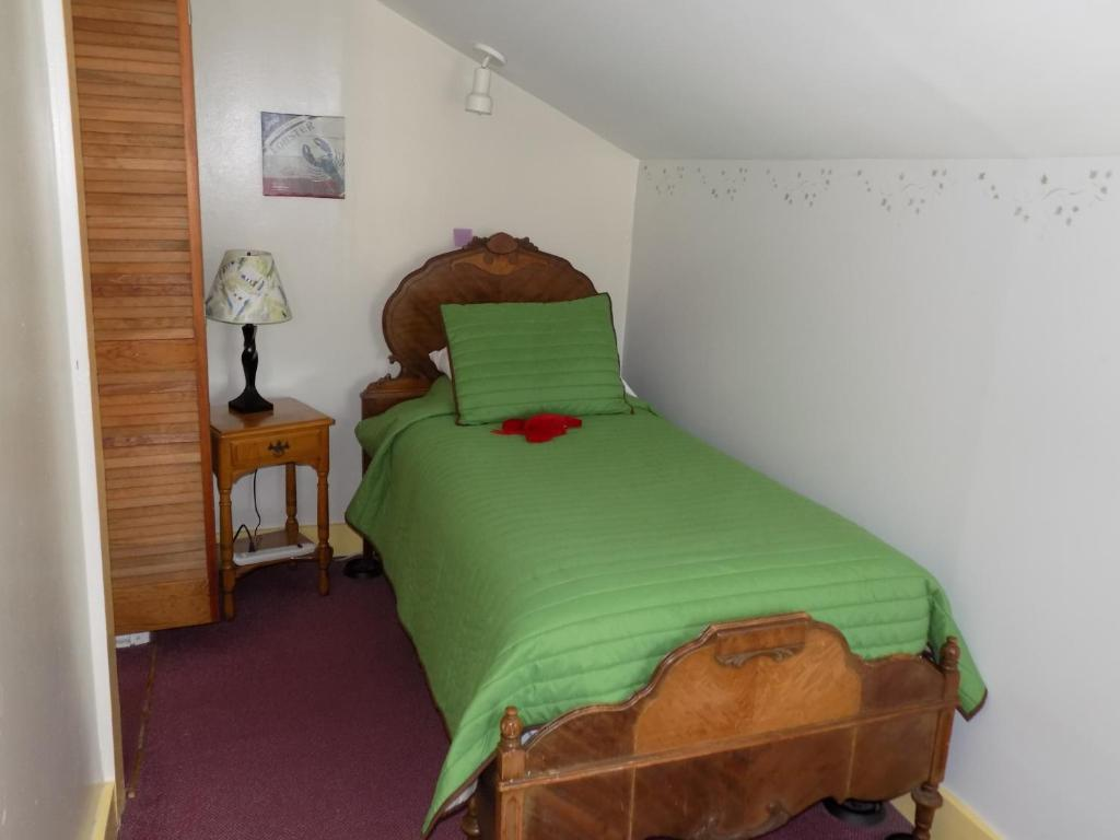 A bed or beds in a room at Wilderness Inn Bed and Breakfast