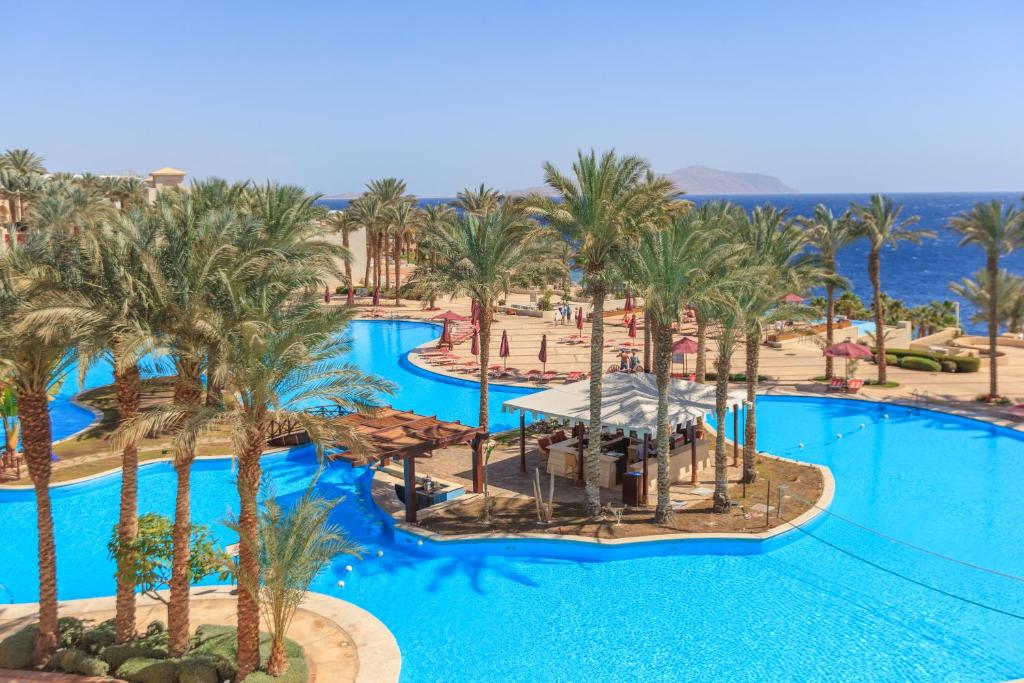 Вид на басейн у Grand Rotana Resort & Spa або поблизу