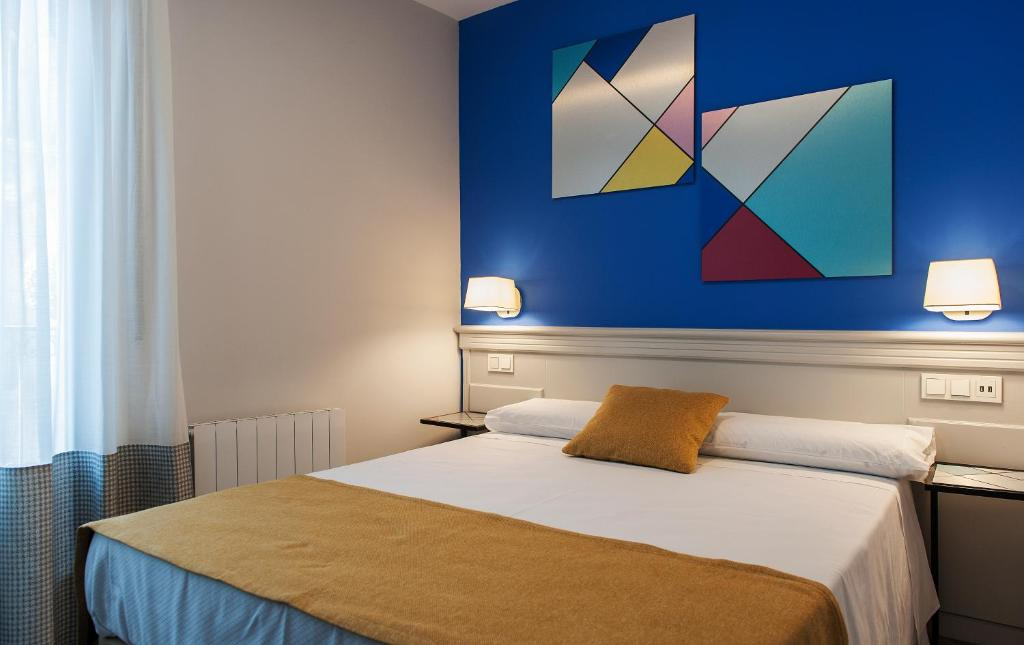 A bed or beds in a room at Hotel Hito