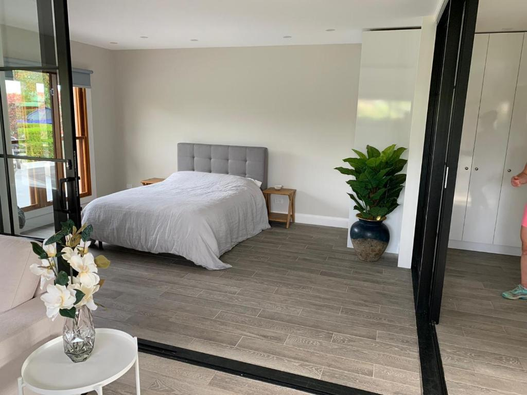 A bed or beds in a room at Gunsynd Studio Apartment
