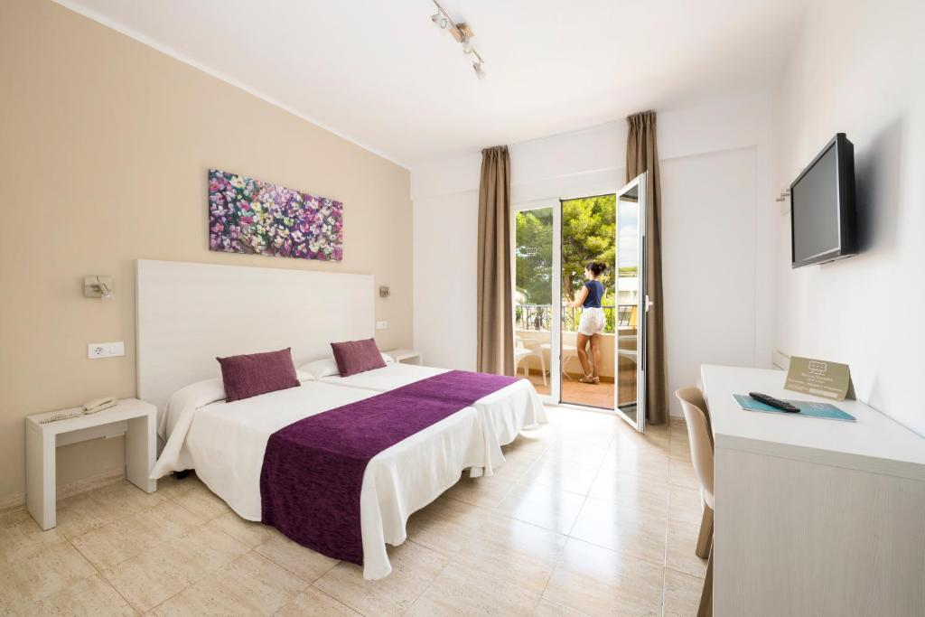 A bed or beds in a room at Hotel Flor Los Almendros