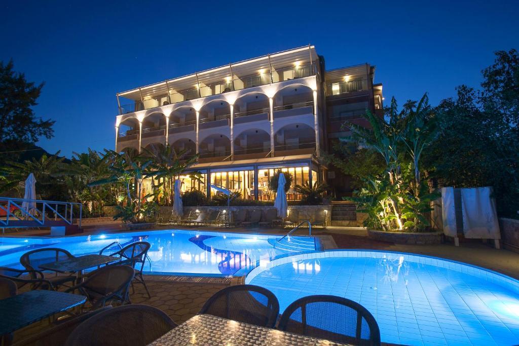 Бассейн в Paradise Lost Hotel-Apartments или поблизости