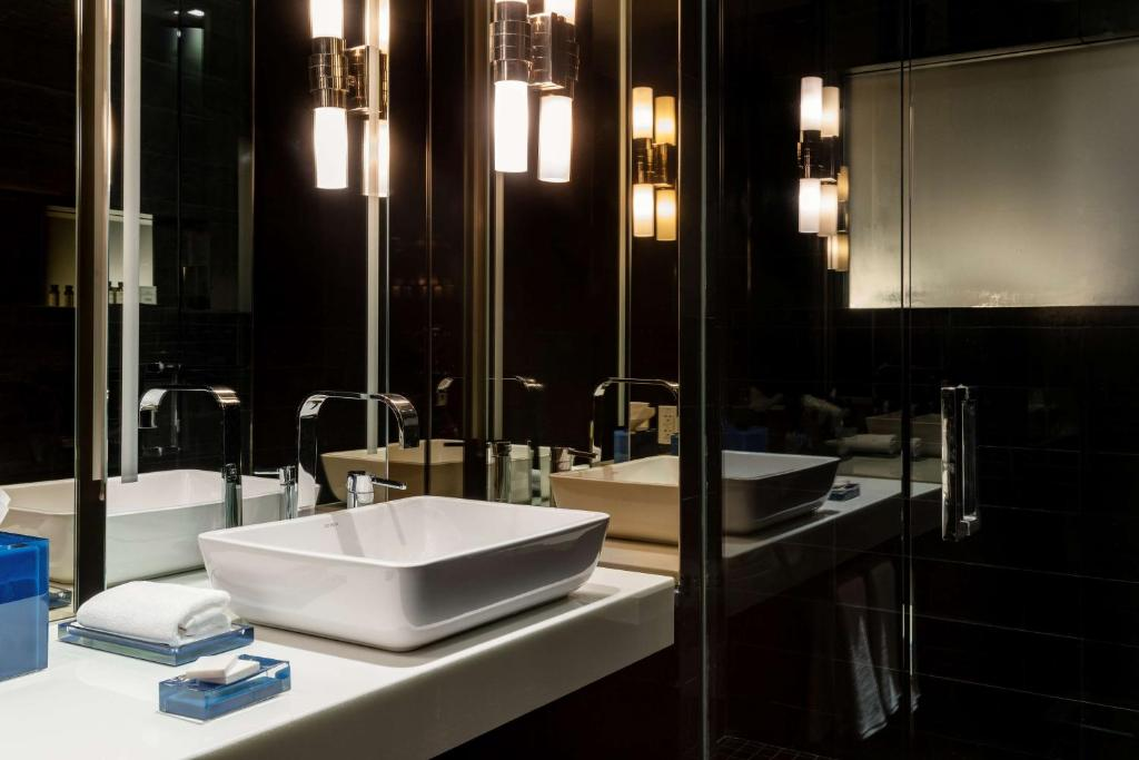 A bathroom at Andaz Wall Street-a concept by Hyatt