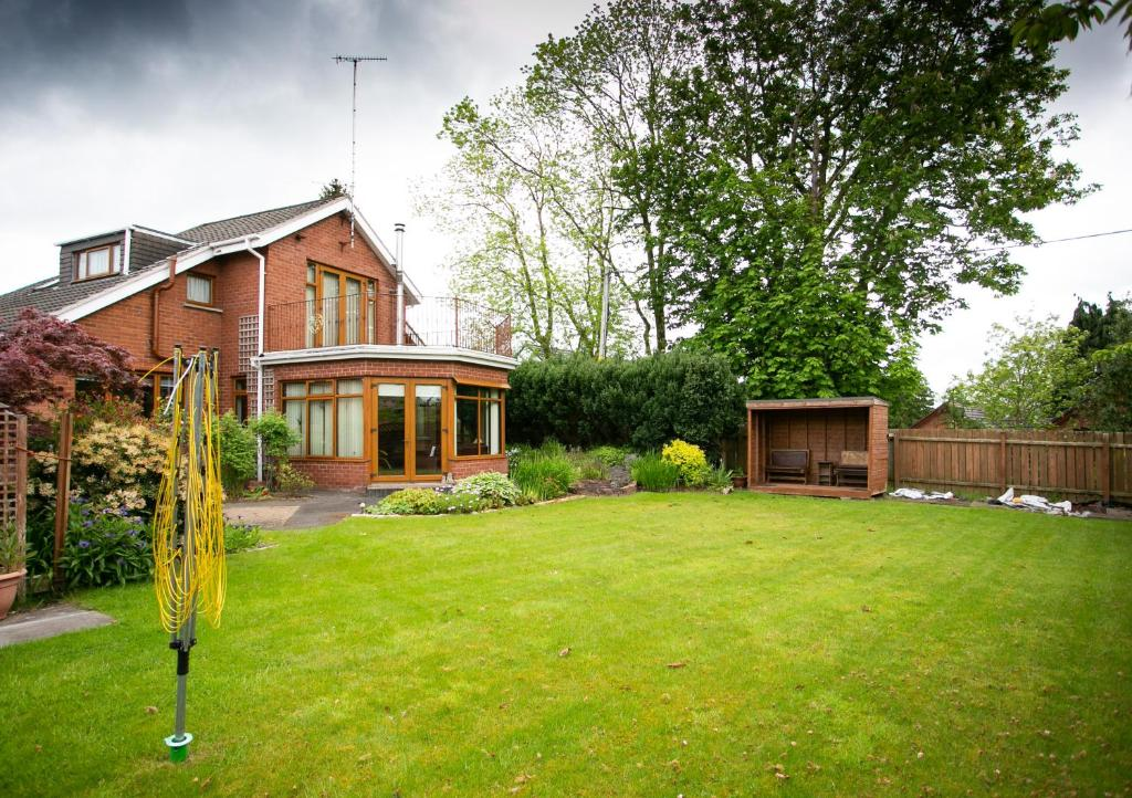 A garden outside Lisburn Serviced Accommodation