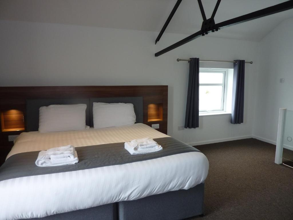 A bed or beds in a room at Oakwood Farm Mews Chester