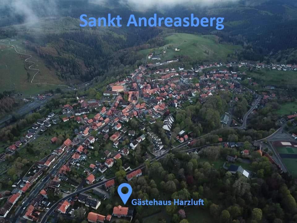 Uma vista aérea de Gästehaus Harzluft / Gruppenferienhaus