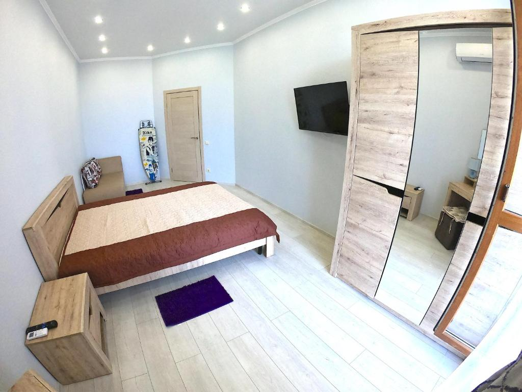 """A bed or beds in a room at Апартаменты """"Черноморец"""""""