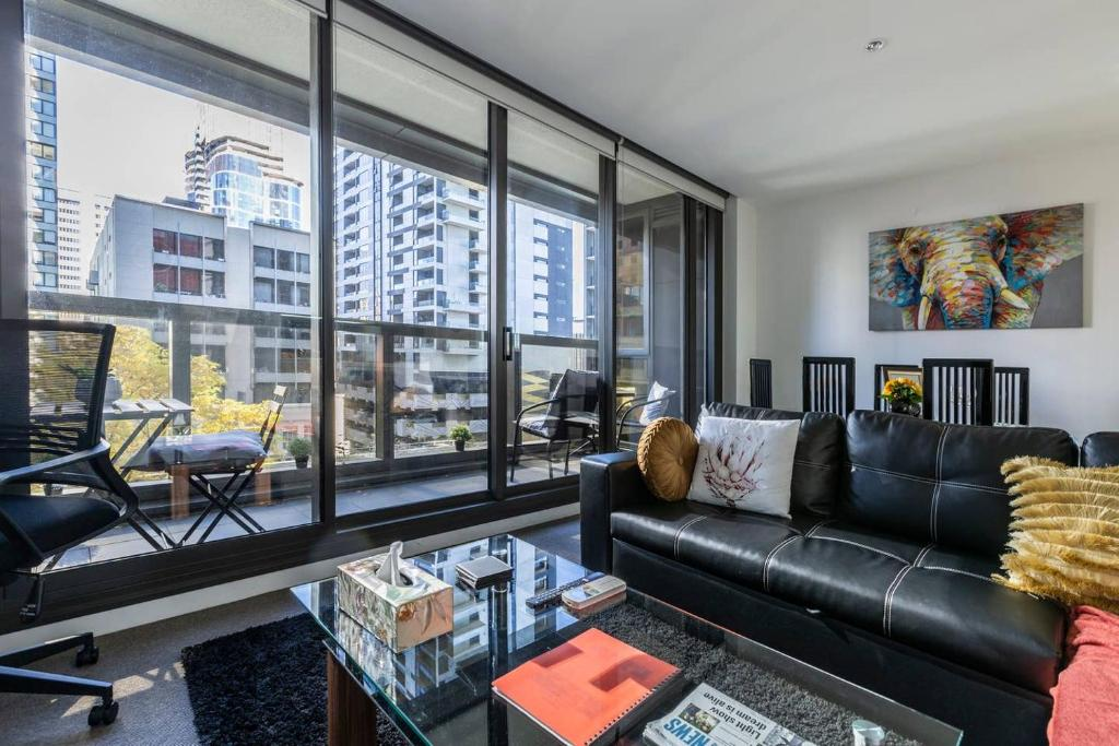A seating area at Melbourne CBD Views-Free Parking Wine Wifi Netflix