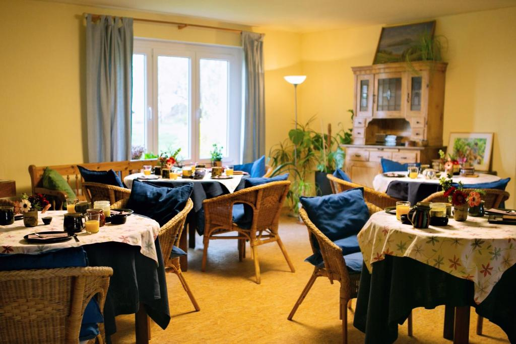 A restaurant or other place to eat at Landpension Oderbruch