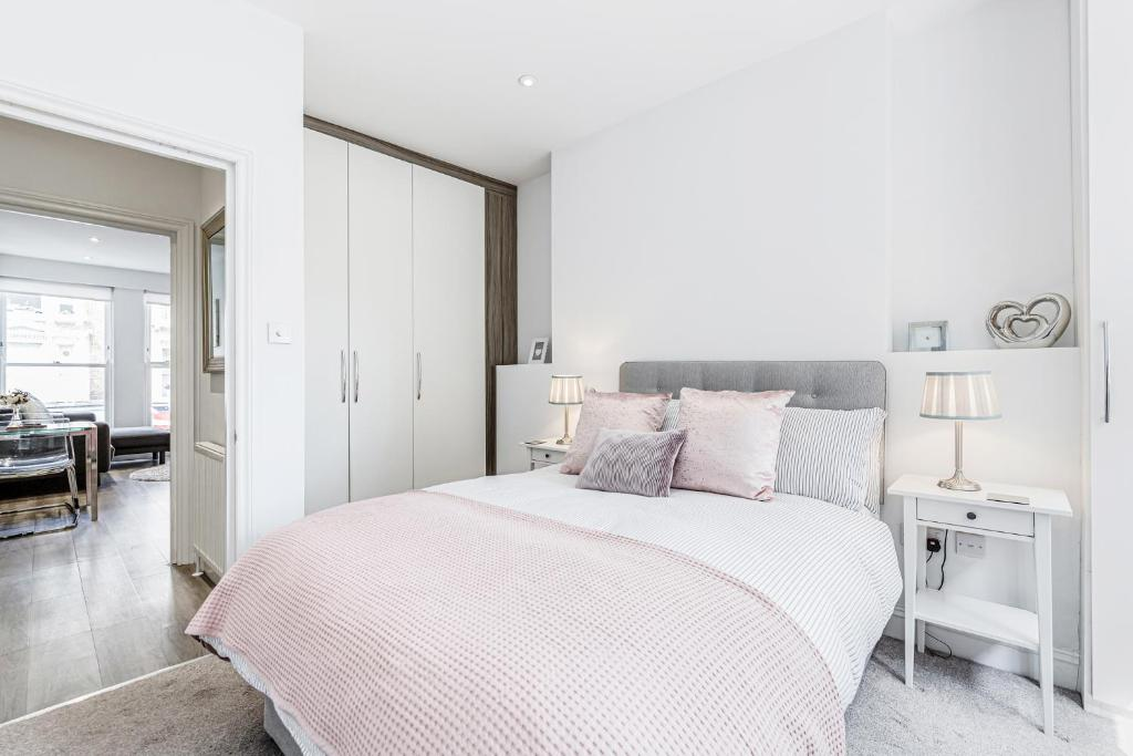 A bed or beds in a room at 2-bed Notting Hill / Portobello