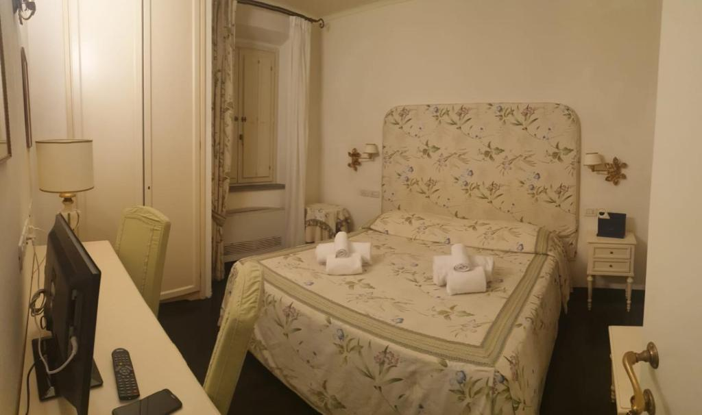 A bed or beds in a room at Relais Dei Fiori Dimora D'Epoca