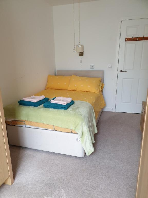 A bed or beds in a room at Westfield Kensington Neighbour