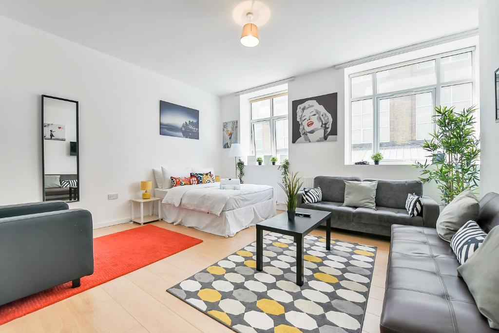 A seating area at Wonderful Studio Flat In Camden Town-For 3 People