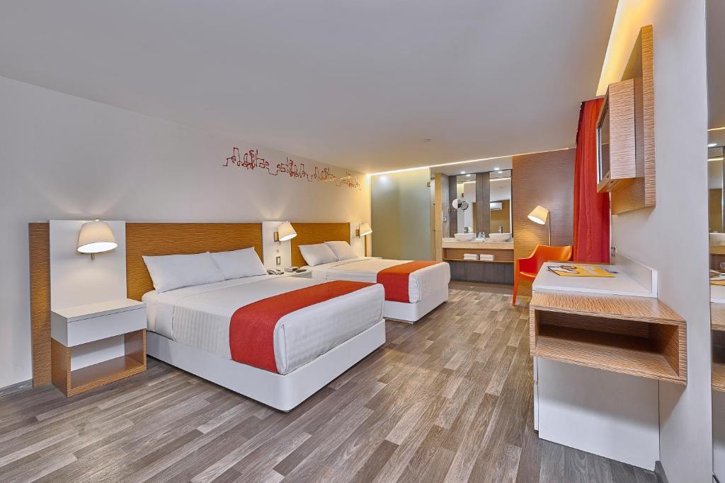 Cama ou camas em um quarto em City Express Ciudad de México Alameda
