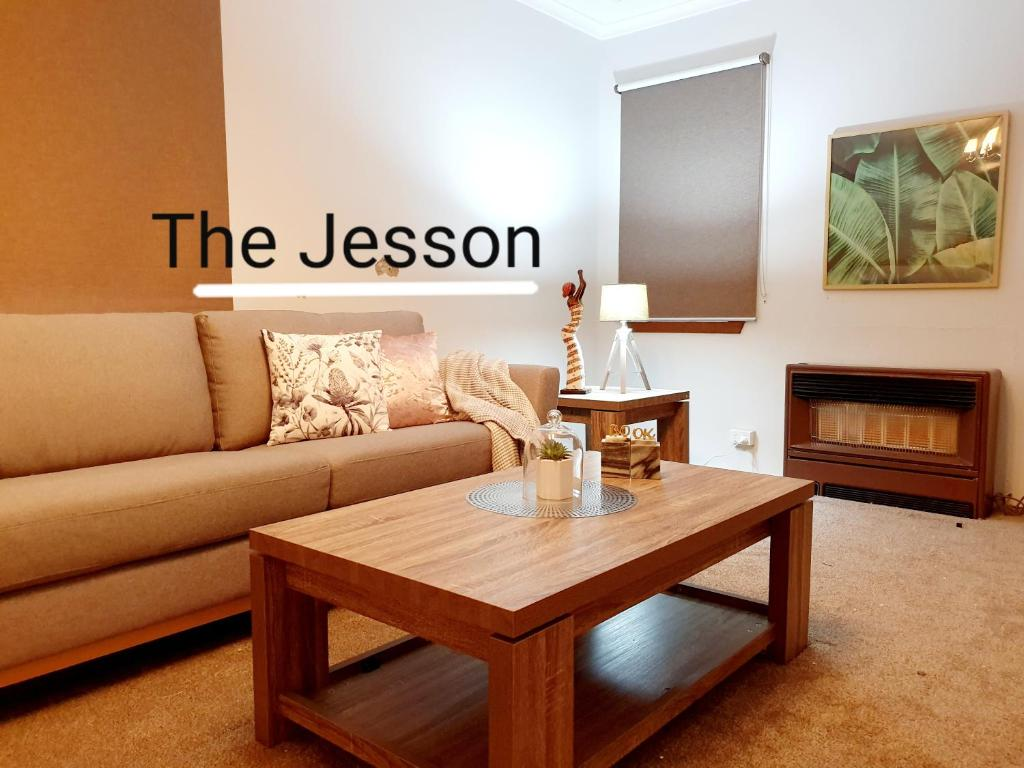 A seating area at Entire 3 bedrooms home, Dandenong central, walk to bus