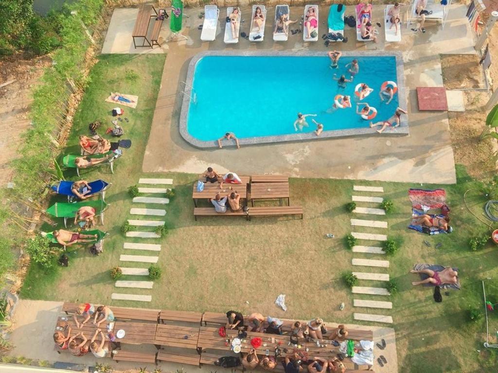 En udsigt til poolen hos Central Backpackers Hostel - Phong Nha eller i nærheden