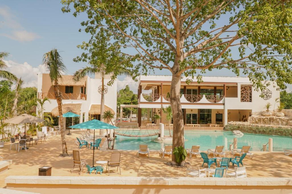 Piscina de la sau aproape de Casa Kaoba Hotel & Suites