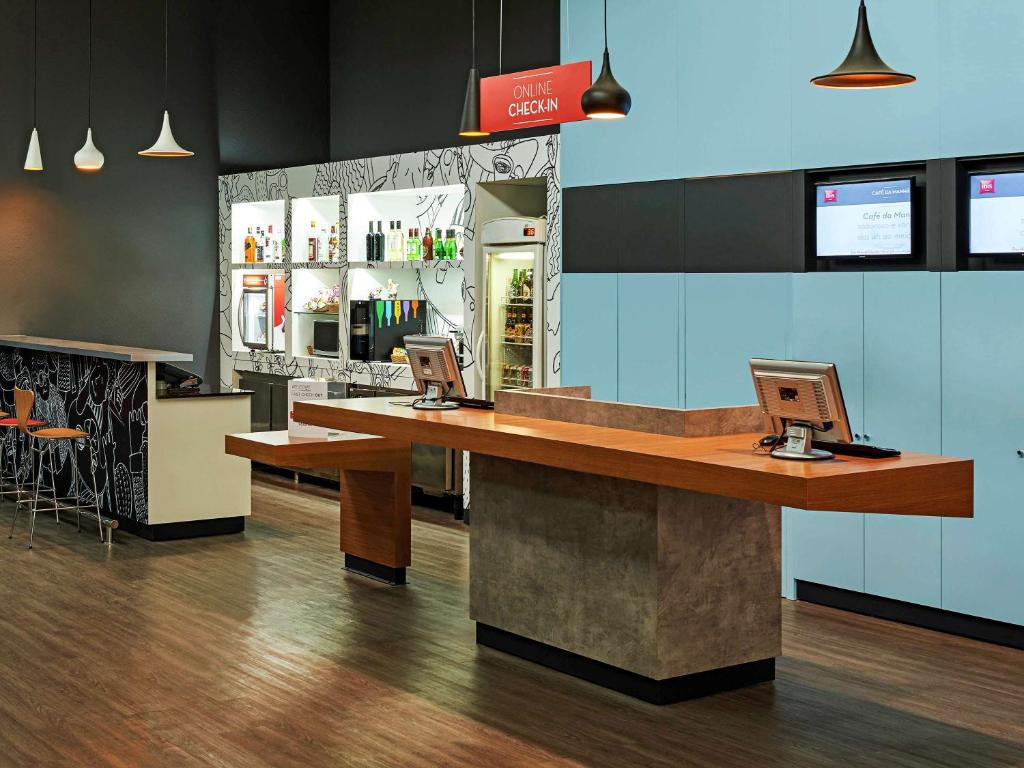 The lobby or reception area at Ibis Paulinia