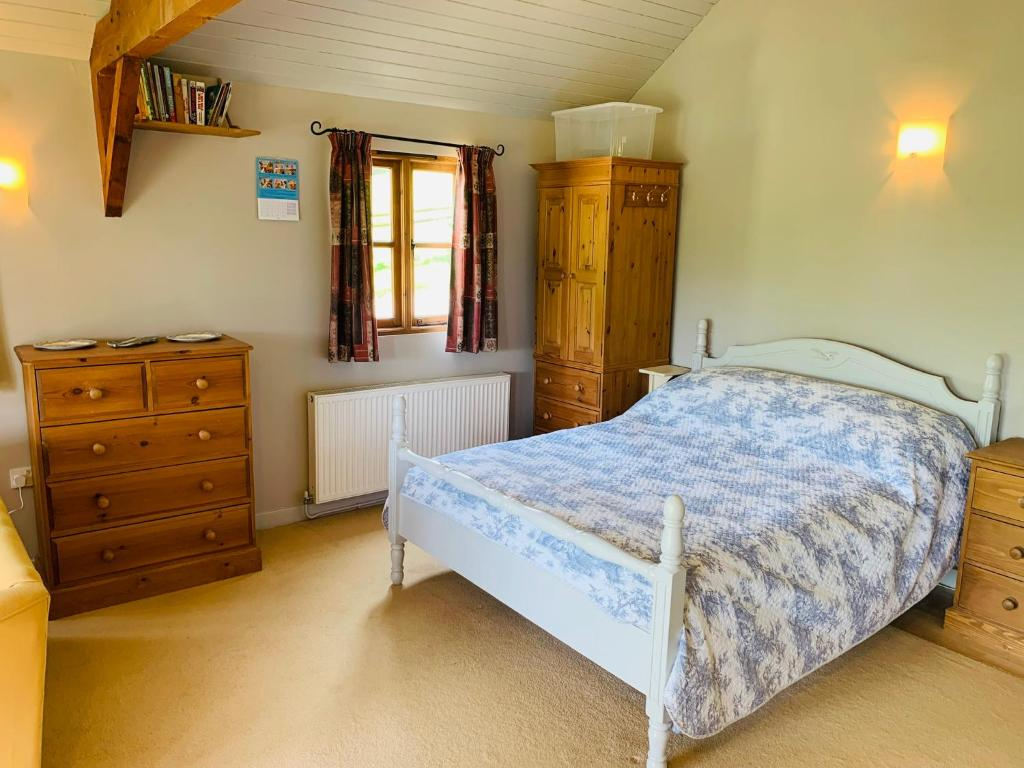 A bed or beds in a room at Beautiful Cottage With Stunning Views in Box