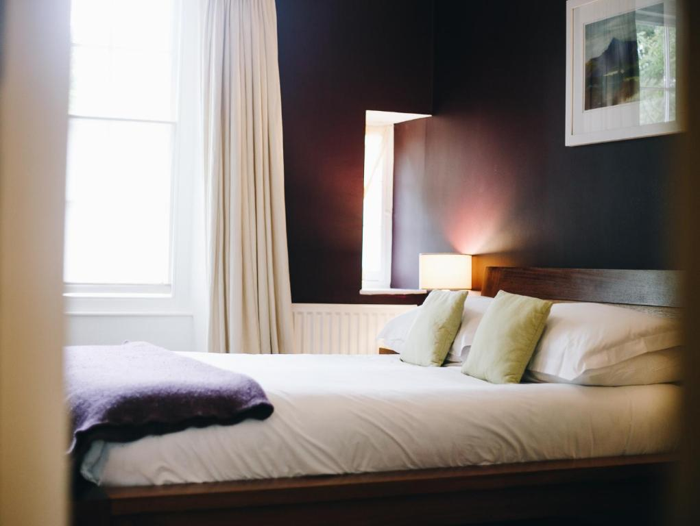 A bed or beds in a room at Llys Meddyg