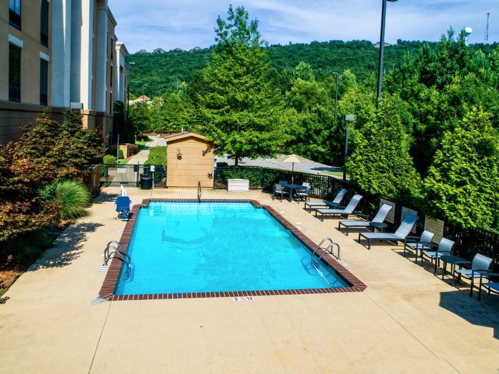 Ein Blick auf den Pool von der Unterkunft Hampton Inn & Suites Birmingham/280 East-Eagle Point oder aus der Nähe