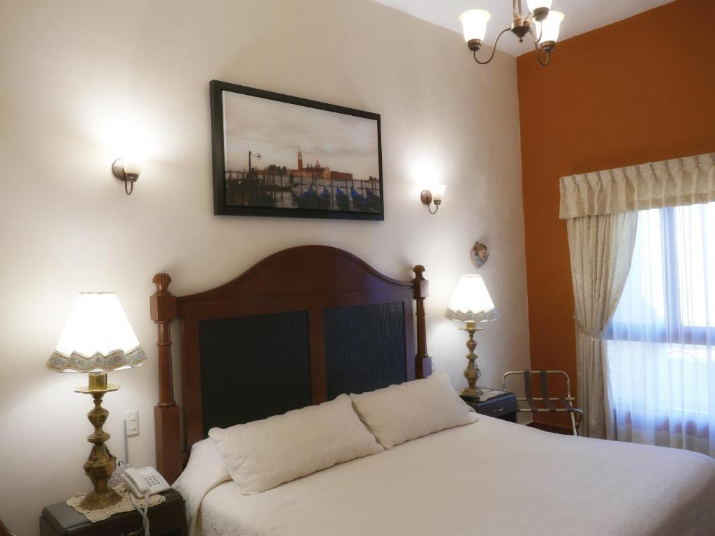 A bed or beds in a room at El Meson de los Poetas