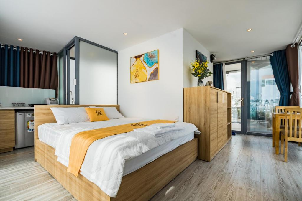 A bed or beds in a room at HAPPYHOMES 102 Luxury Bui Vien Apartment