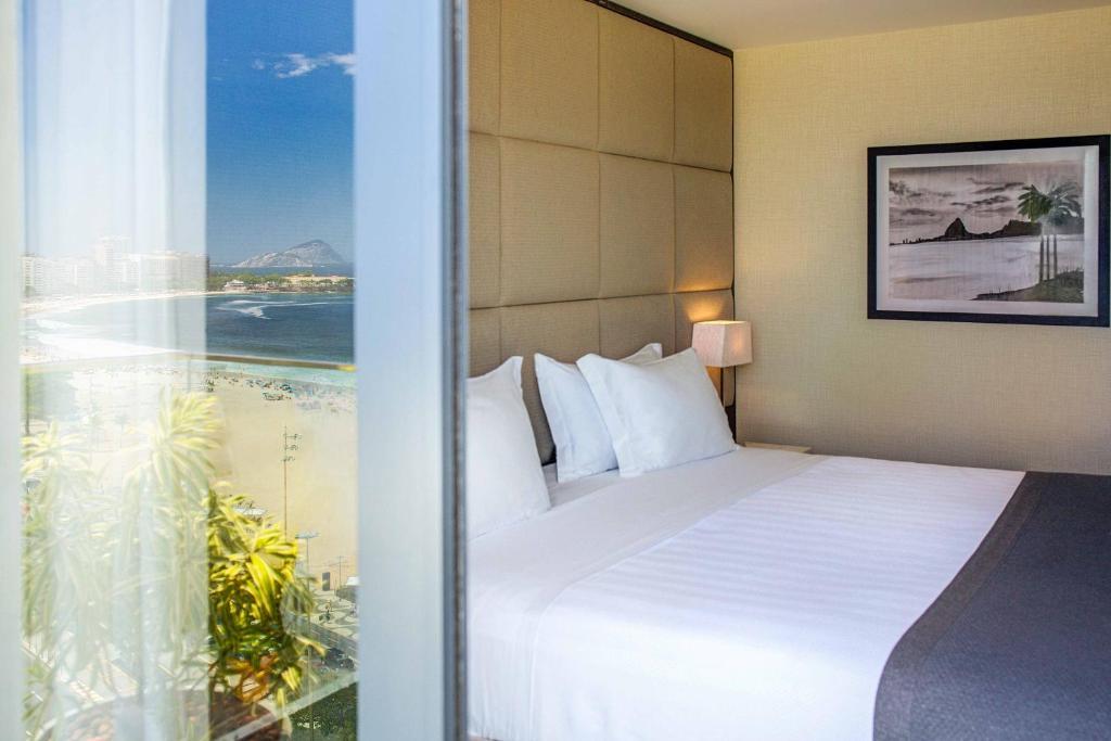 Cama ou camas em um quarto em Windsor California Hotel