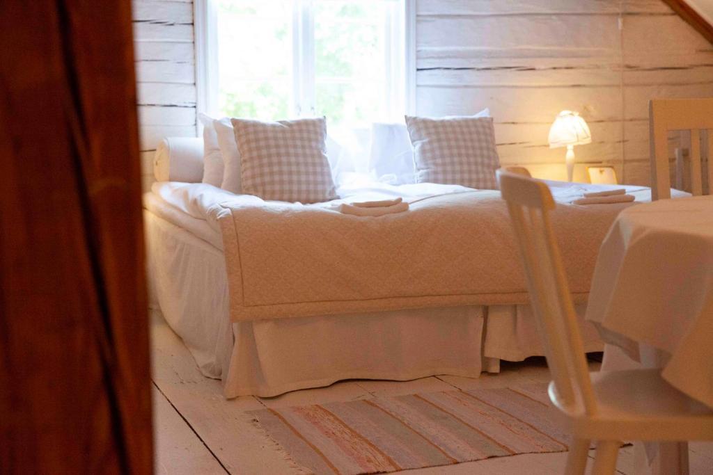 A bed or beds in a room at Särtshöga Vingård B&B