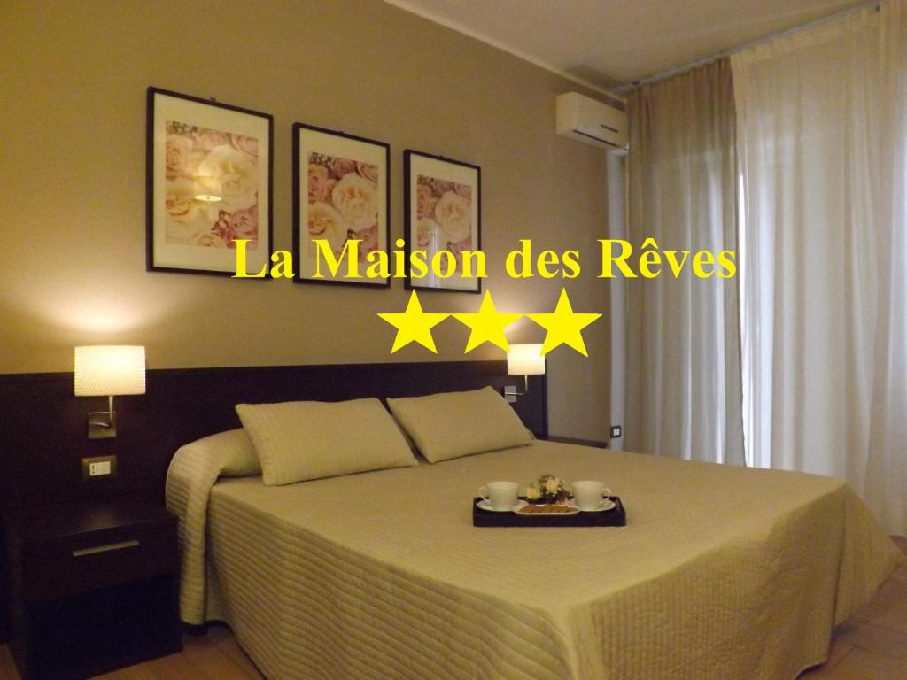 A bed or beds in a room at La Maison Des Rêves