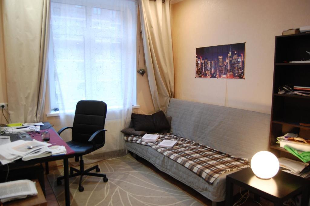 A seating area at Двухместная комната в квартире