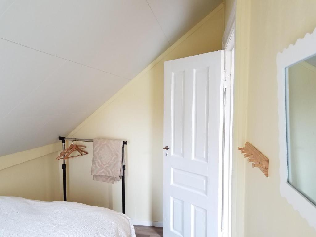 A bed or beds in a room at Lustrafjorden B&B