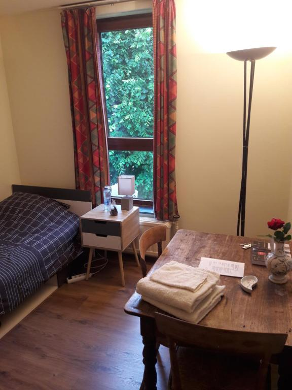 A bed or beds in a room at Chez Mimi - chambre vue parc
