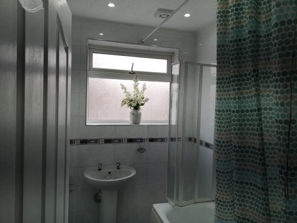 A bathroom at Lovely Double Bedroom @Edmonton