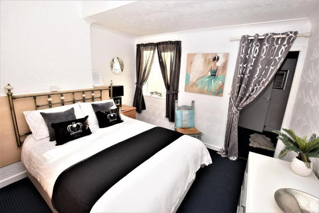 A bed or beds in a room at Bridle Lodge Apartments