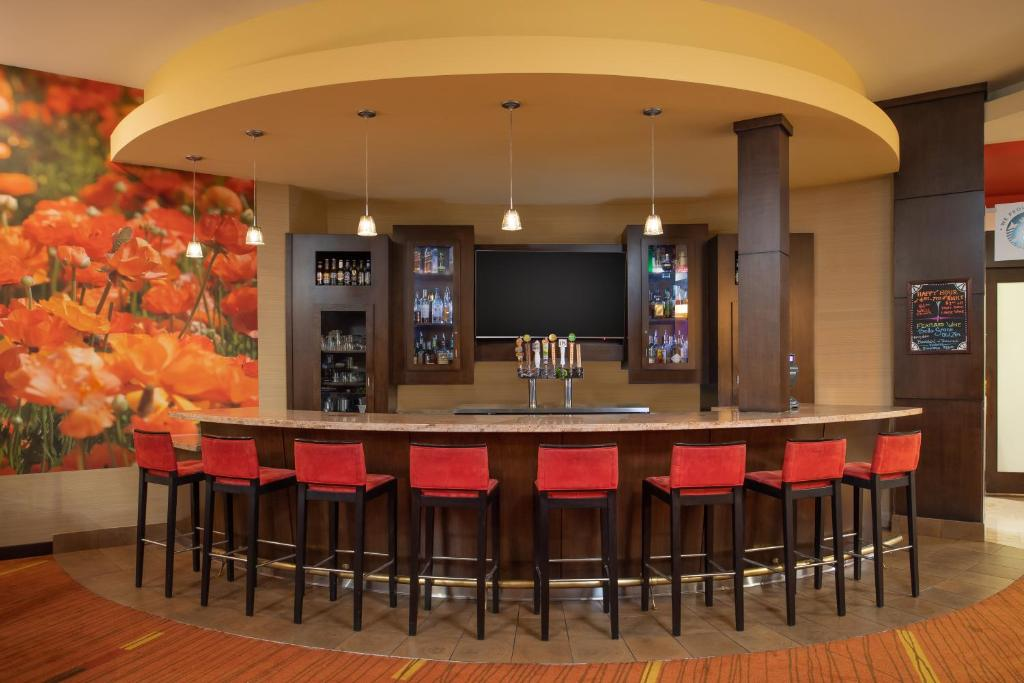 The lounge or bar area at Courtyard by Marriott Sacramento Cal Expo