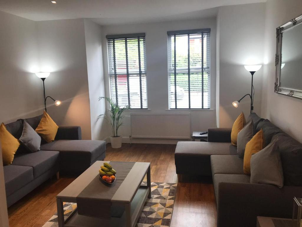 A seating area at Two Bed Flat in Bush Hill Park