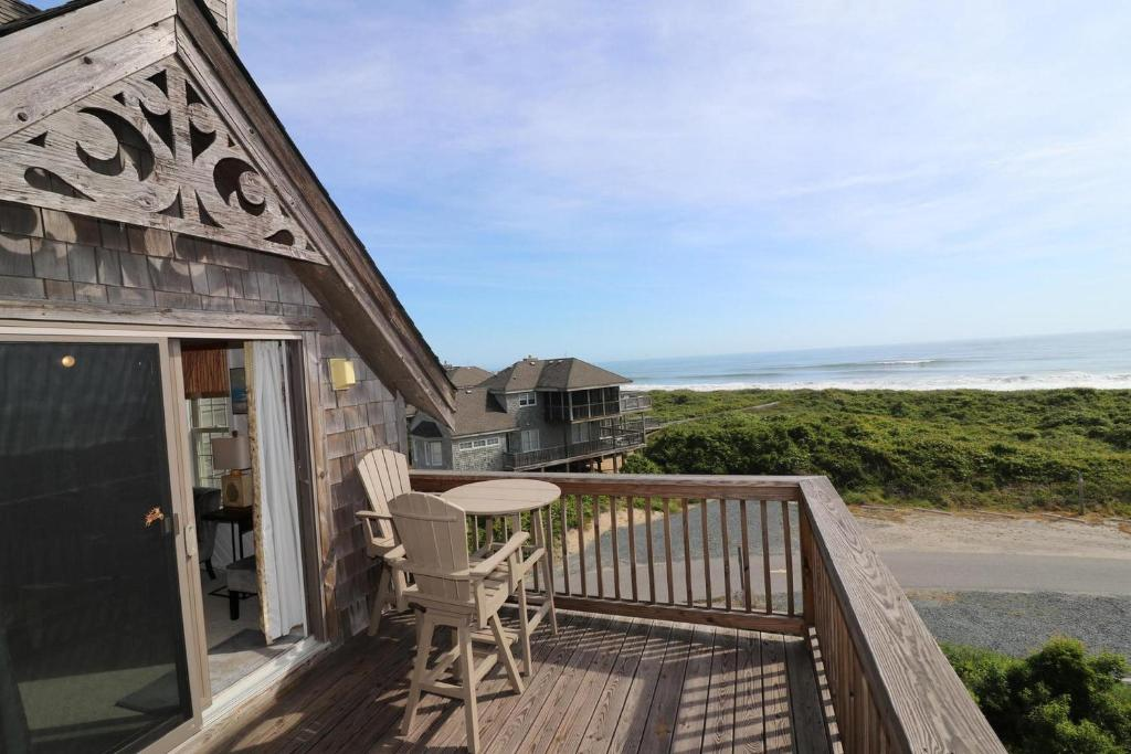 A balcony or terrace at Ducky Breeze at Barrier Island Station by KEES Vacations