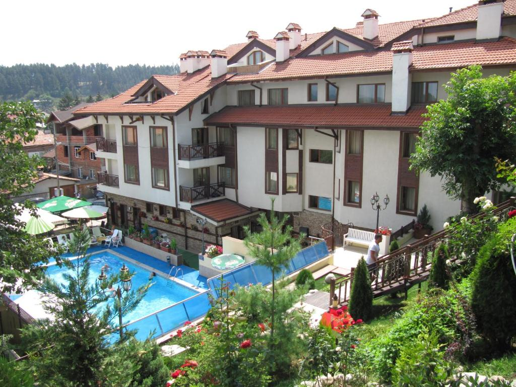 Изглед към басейн в Aquilon Residence или наблизо