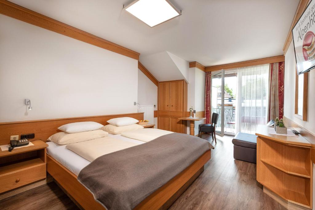 A bed or beds in a room at Hotel Alpenhof