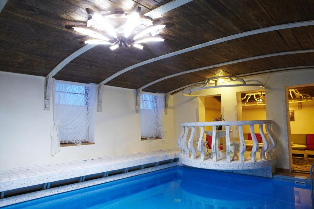 The swimming pool at or near Park Hotel Voznesenskaya Sloboda