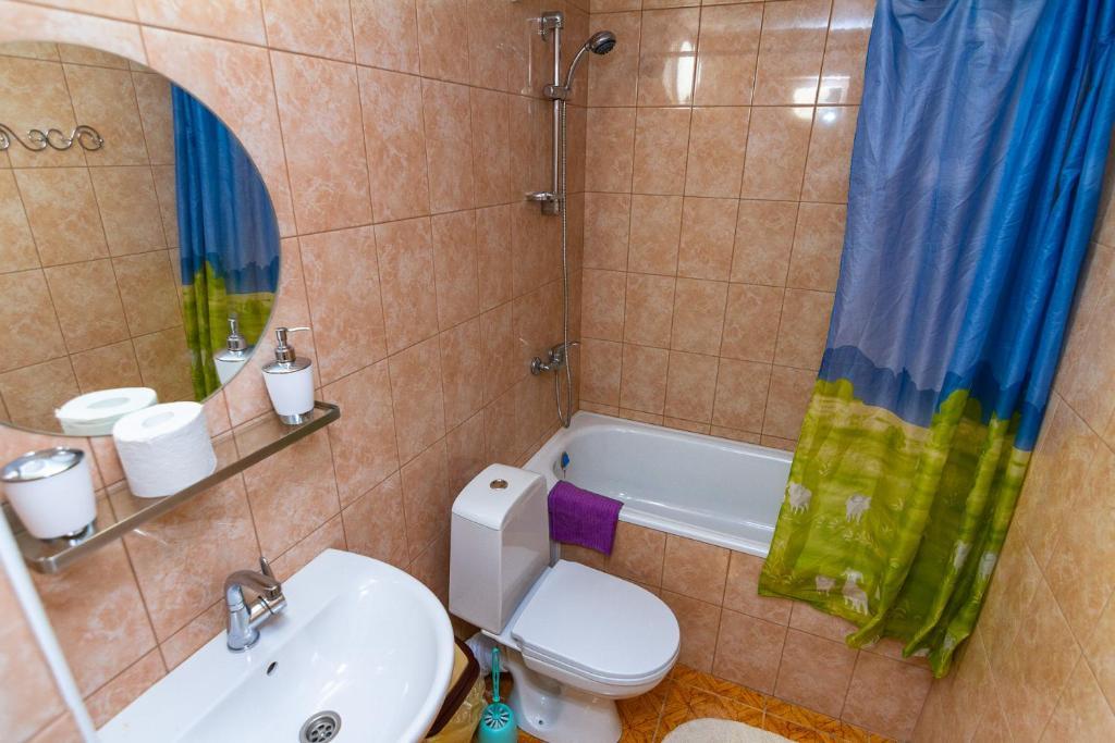 A bathroom at Zhasmin Guest House