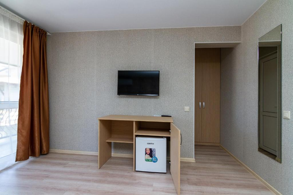 A television and/or entertainment center at Zhasmin Guest House