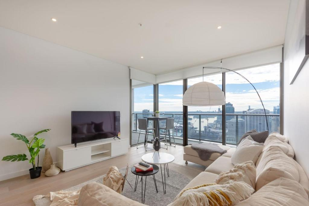 A seating area at High Rise apt in Heart of Sydney wt Harbour View