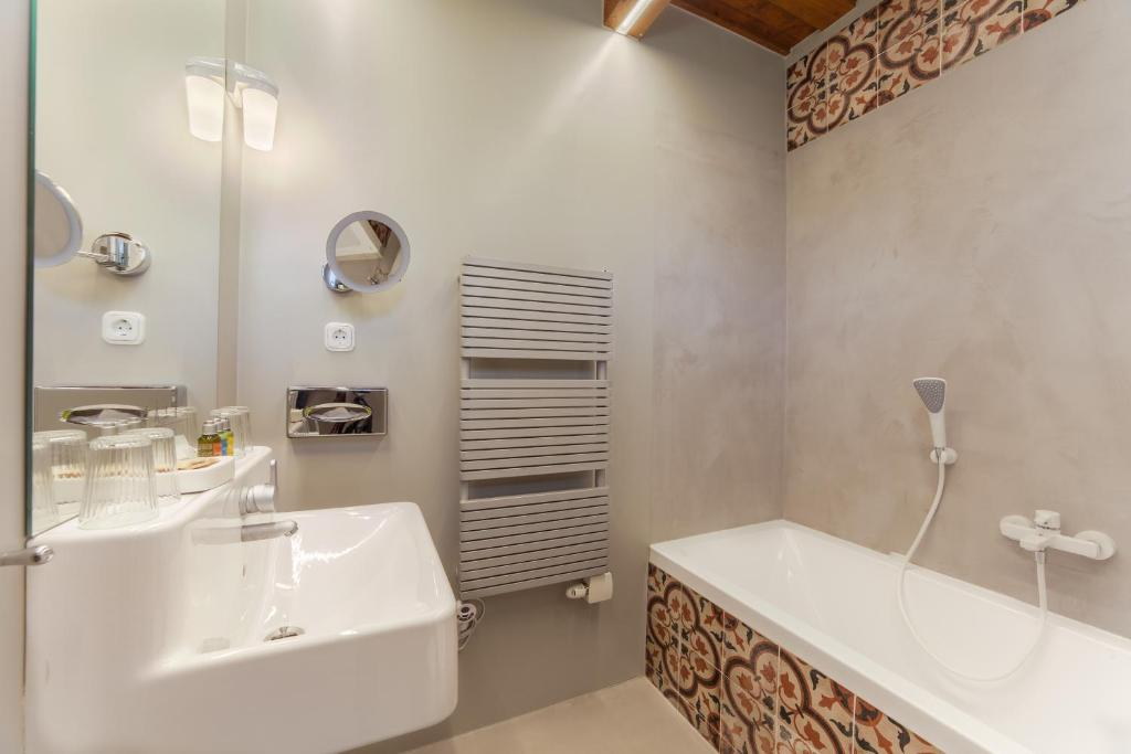 A bathroom at Káli Art Inn Panzió