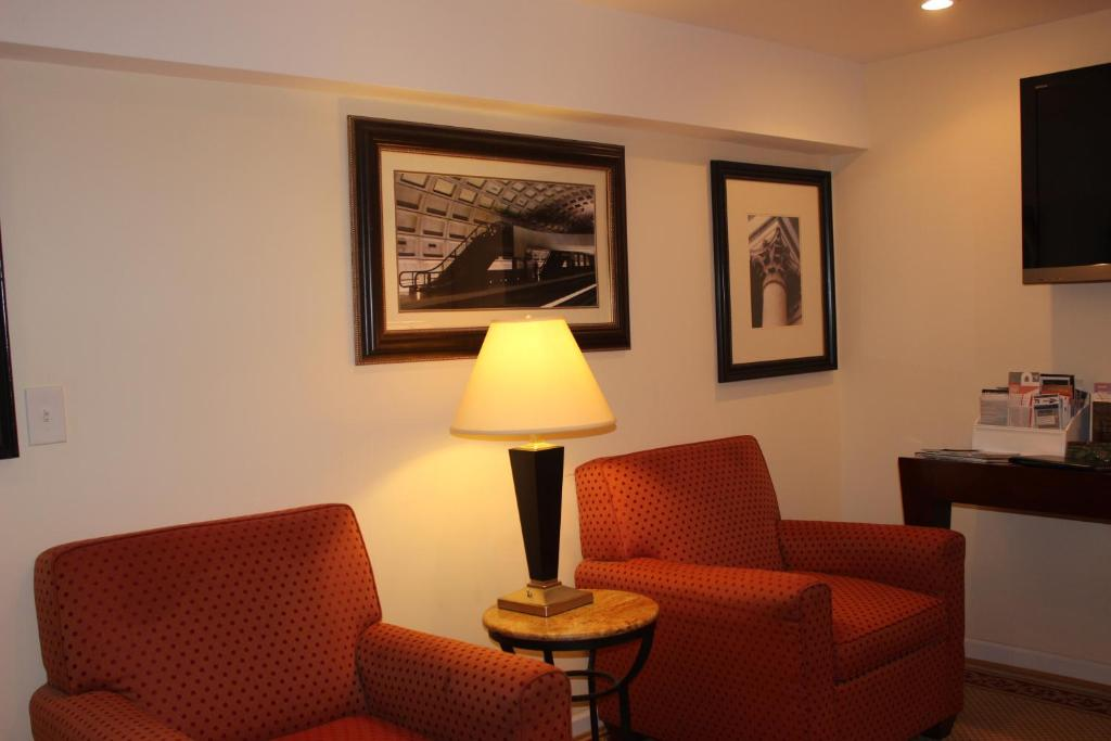 A seating area at COMFY Lower Level 2 Bdrm Home