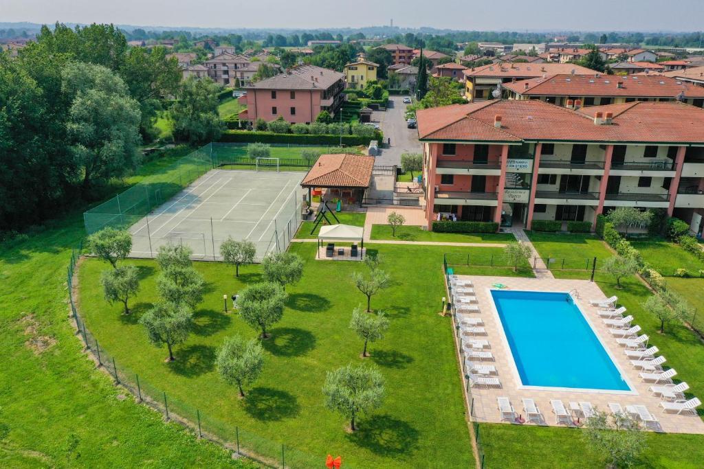 Vista sulla piscina di Appartamenti Residence Parco o su una piscina nei dintorni