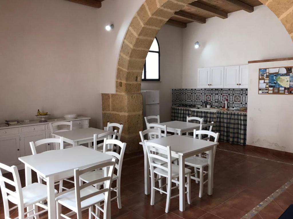 A restaurant or other place to eat at Dimora Tipica