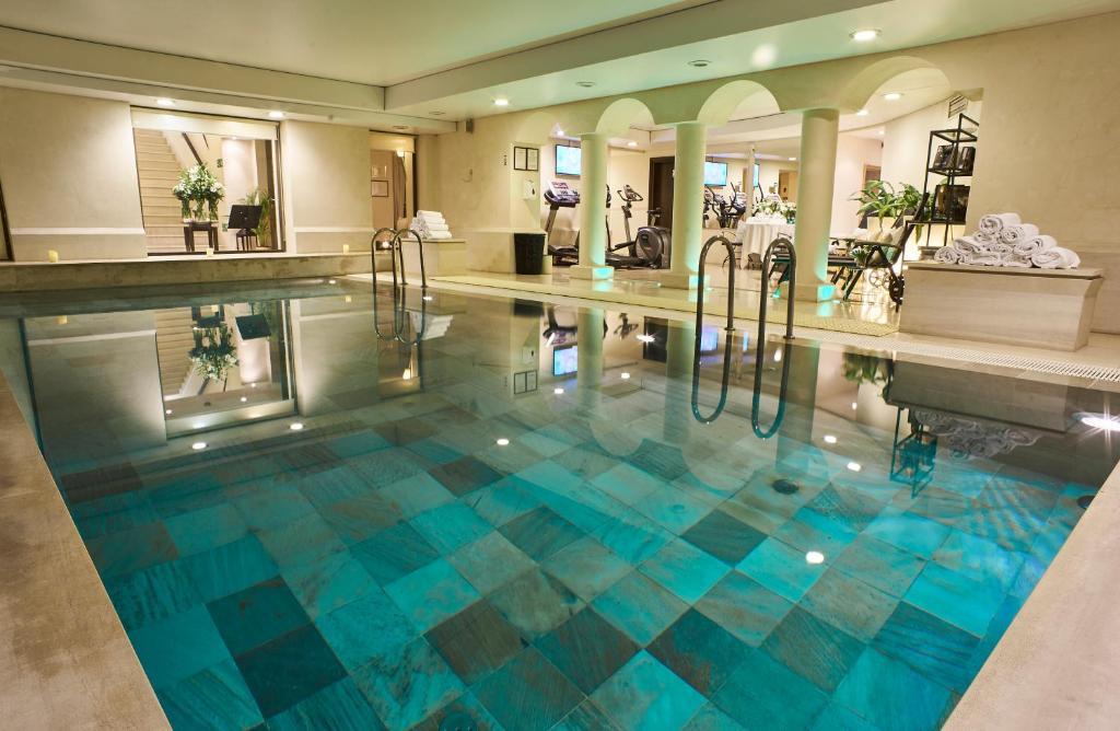 בריכת השחייה שנמצאת ב-Mamaison Hotel Le Regina Warsaw או באזור